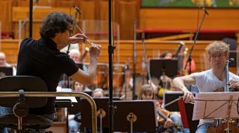 Fernando Velázquez eta Johannes Moser Euskadiko Orkestrarekin. Argazkia: David Herranz.