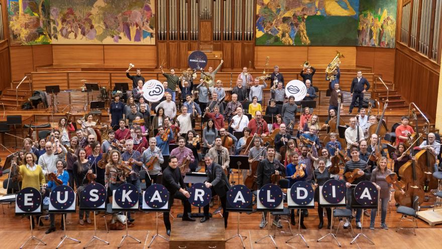 Euskadiko Orkestra Sinfonikoko kideak talde-argazki batean elkartu dira Euskaraldia ekimenaren alde Miramongo Auditoriumean