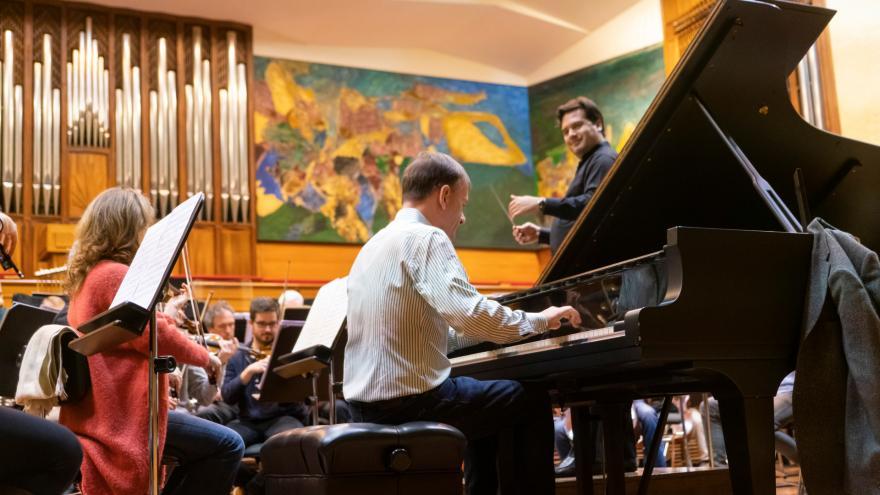 Stephen Hough pianojoleak bere euskal fantasia oparituko digu Euskadiko Orkestra Sinfonikoaren hurrengo abonu-programan